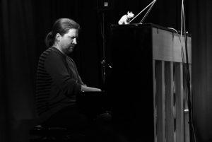 Oli Poppe am Klavier